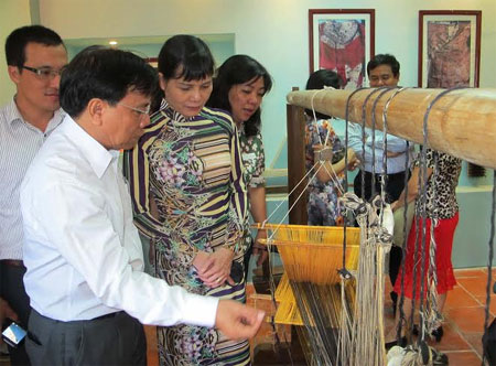 Traditional crafts of Cham ethnic people in Ninh Thuan on display