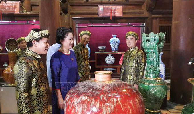Exhibition displays ceramic products in Ha Noi
