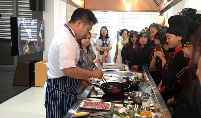 Renowned Korean chef introduces Korean cuisines to Vietnamese