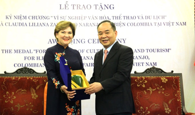 Presenting medal for the cause of culture, sports and tourism to Colombian Chargé d'affaires to Viet Nam