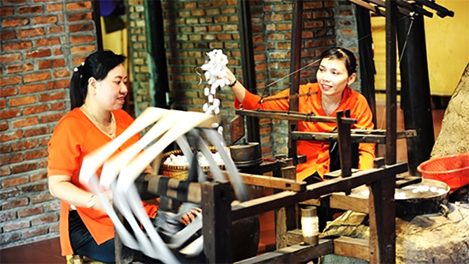 Viet Nam, Japan honour traditional silk, brocade weaving
