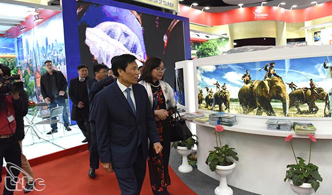 Bộ trưởng Bộ VHTTDL Nguyễn Ngọc Thiện thăm các gian hàng tại Hội chợ Du lịch TRAVEX 2019