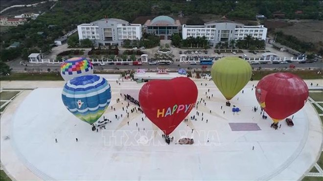2nd international air balloon festival opens in Moc Chau
