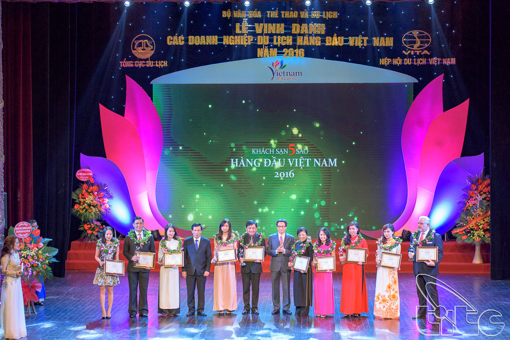 Honoring Vietnamese leading tourism enterprises 2016 (Photo by Anh Dung and Huong Le)