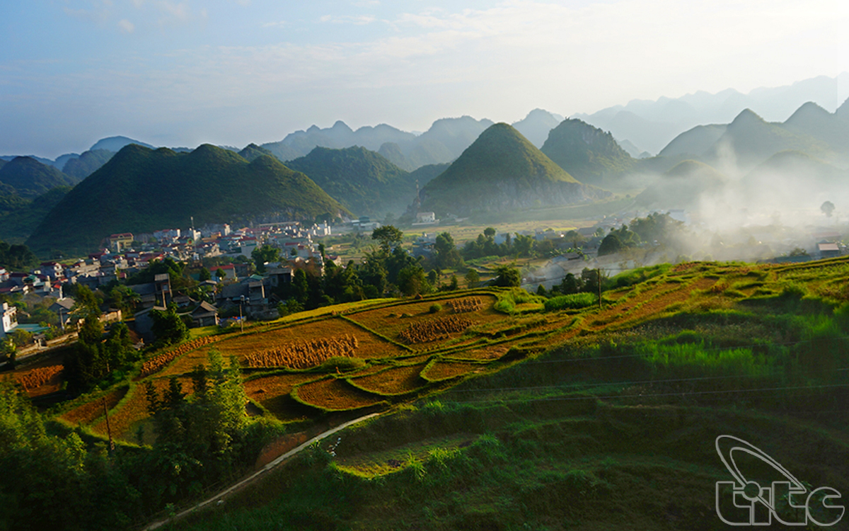 The panorama of Quan Ba Town in the morning mist
