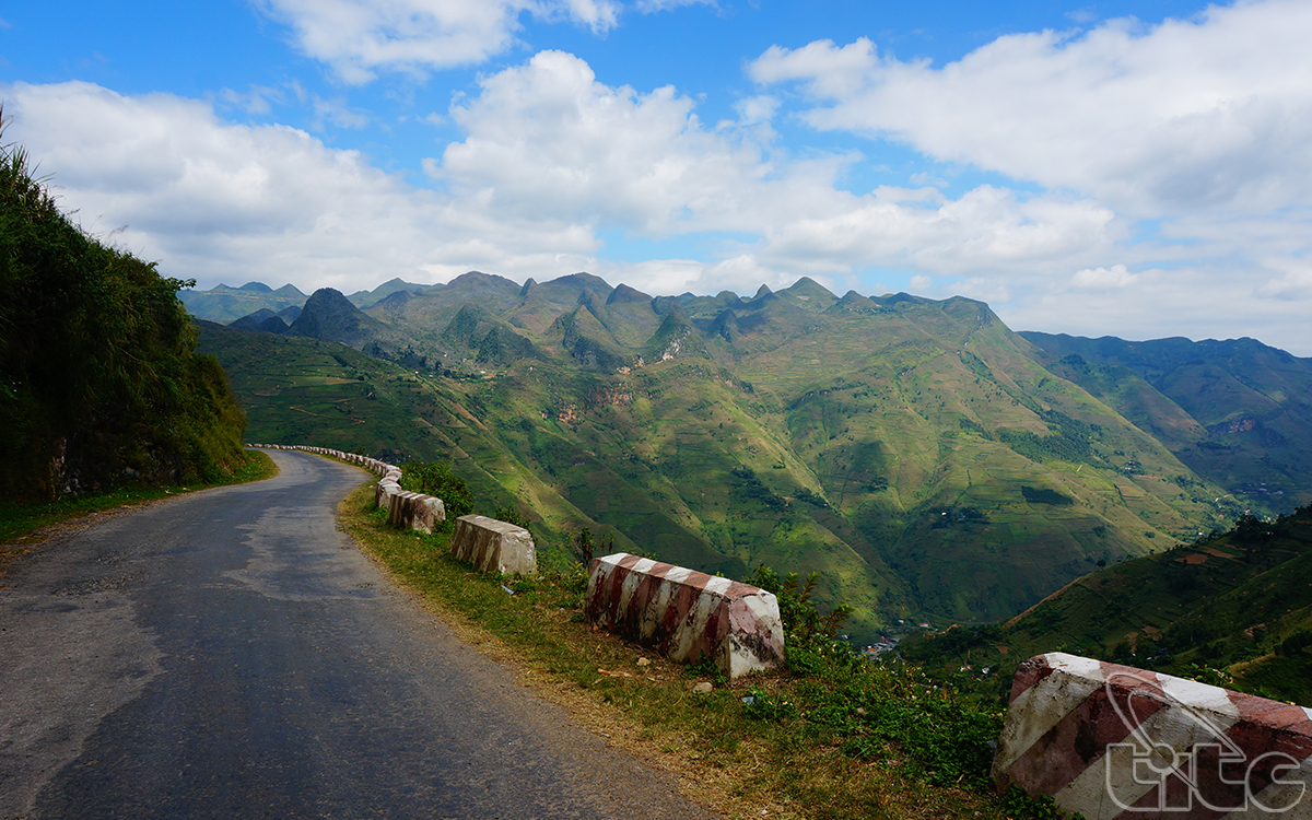 Ma Pi Leng is a over 20-km long pass connecting Ha Giang City with Dong Van and Meo Vac districts