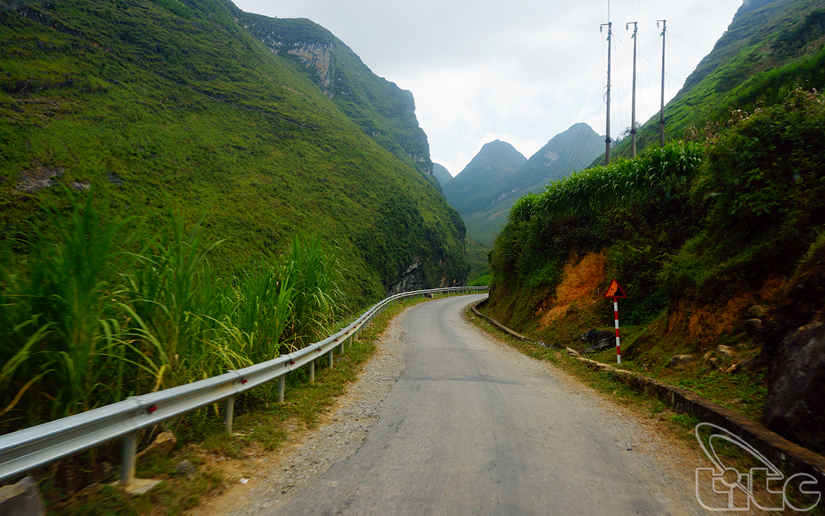 To reach the highland districts of Ha Giang Province, visitors have to go through the dangerous and majestic passes