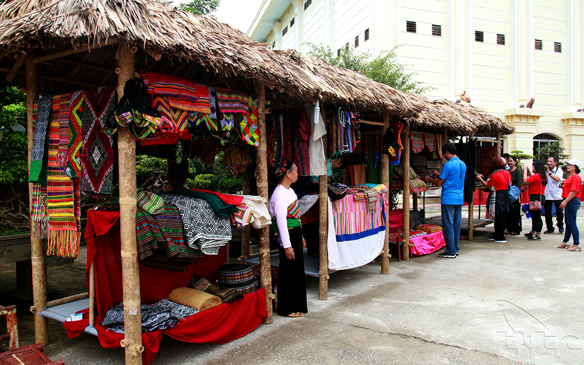Souvenir shops outside the museum
